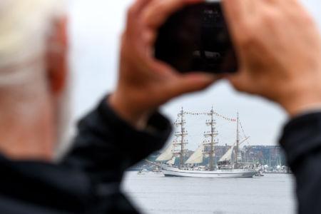 Wypatrując bark Guayas / fot. Sail Boston Inc.