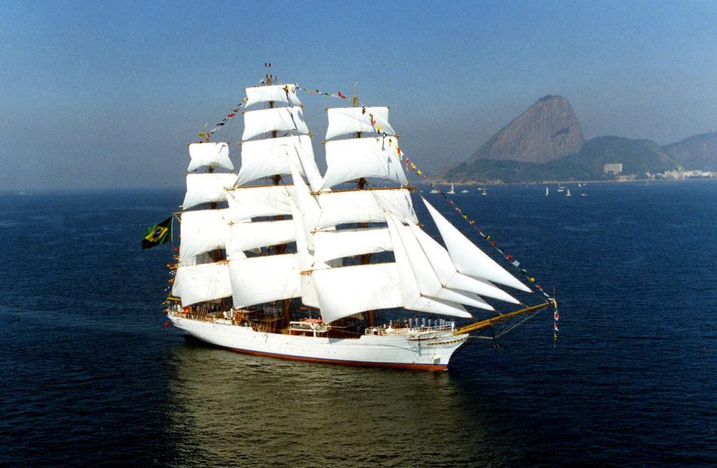 Brazylijski żaglowiec Cisne Branco powracający do macierzystego portu w Rio de Janeiro