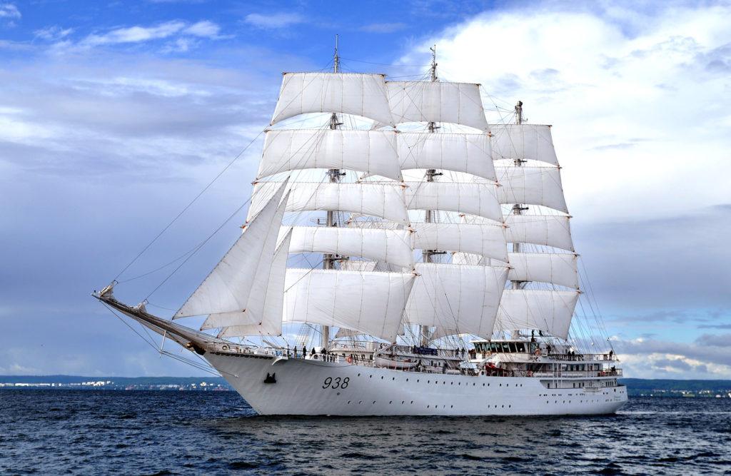 Algierska fregata El Mellah pod pełnymi żaglami