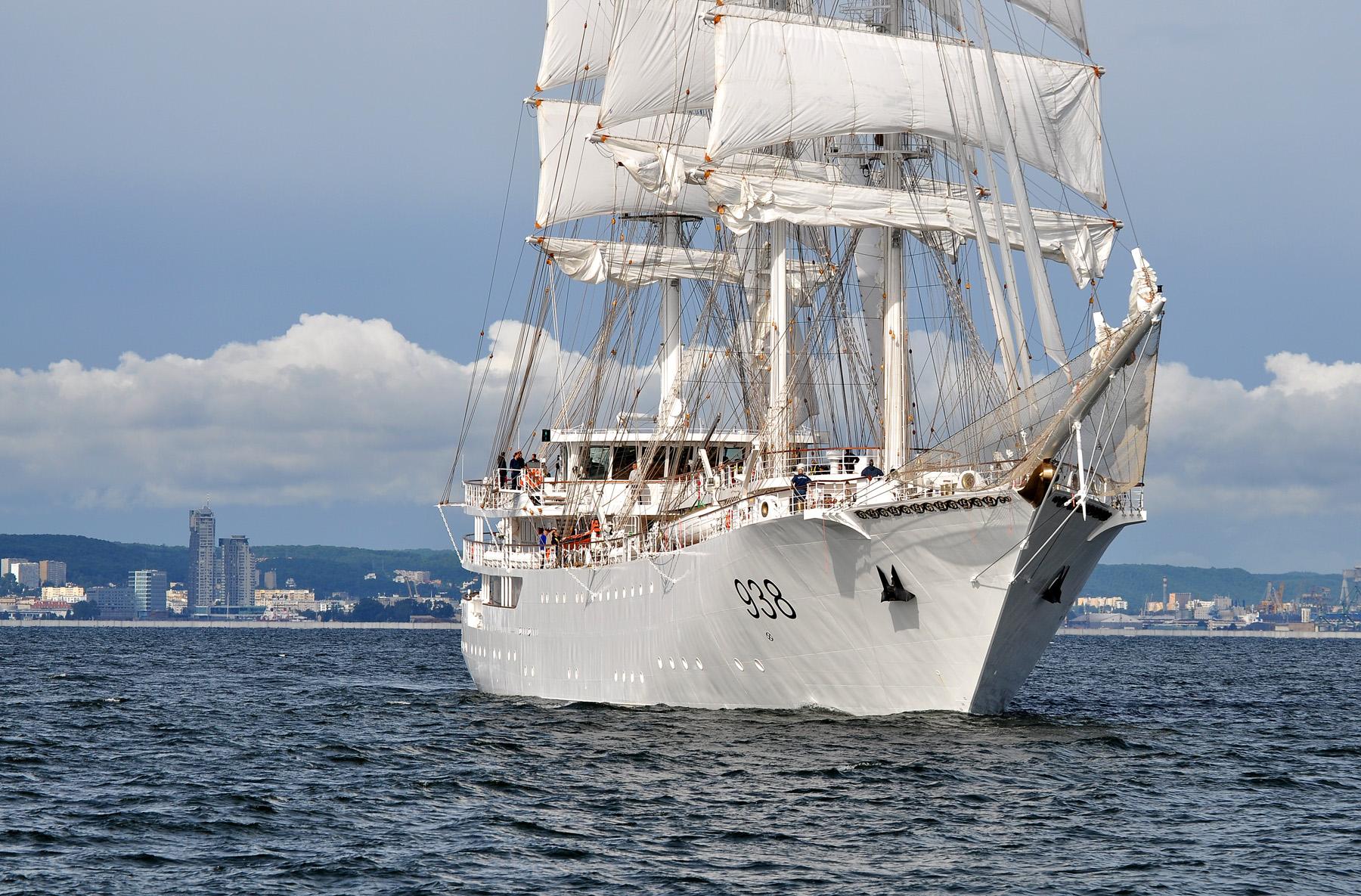 Algierska fregata na tle Gdyni