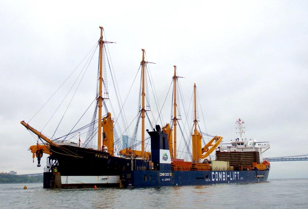 Peking wchodzi do doku ciężarowca Combi Dock III na redzie Nowego Jorku
