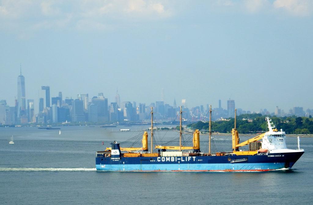 Peking załadowany na Combi Dock III opuszcza Nowy Jork. W tle Manhattan.