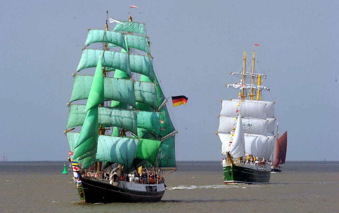 Zmiana warty na redzie Bremerhaven. 23 września 2011 roku. Z przodu staruszek, którego zastępuje nowoczesny Alexander von Humboldt 2