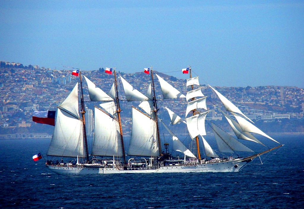 Okręt szkolny chilijskiej marynarki Esmeralda na tle macierzystego portu Valparaiso