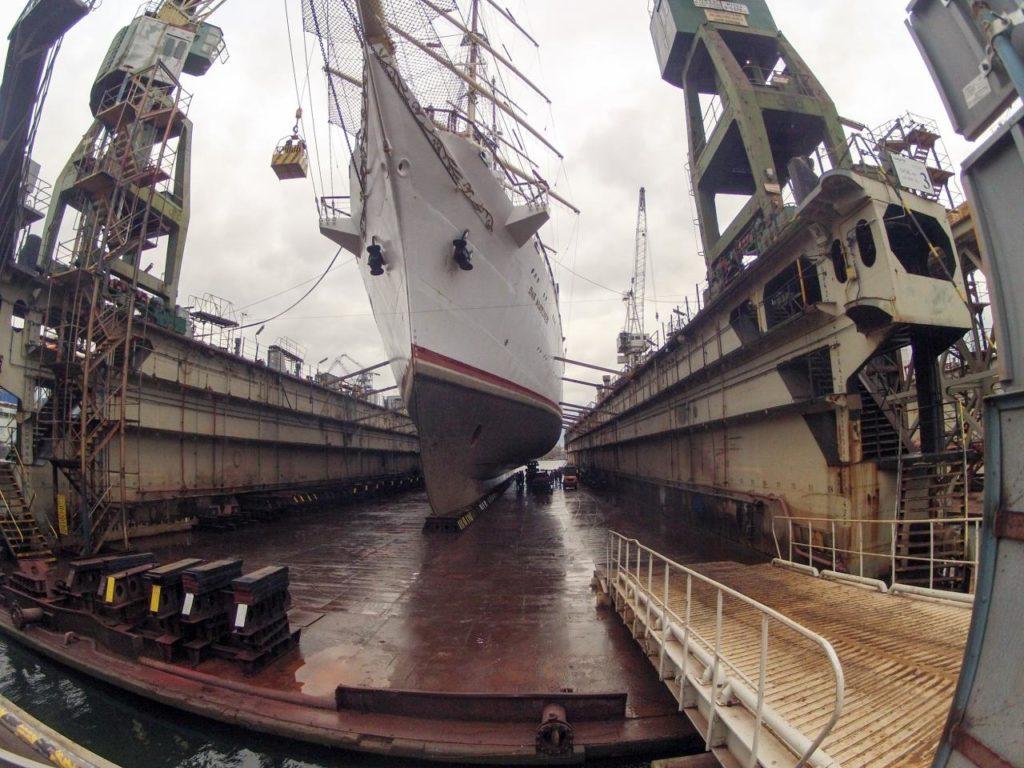 Zdjęcie zrobiono chwilę po usunięciu wody z suchego doku. Widać, jak porośnięta jest część podwodna jednostki