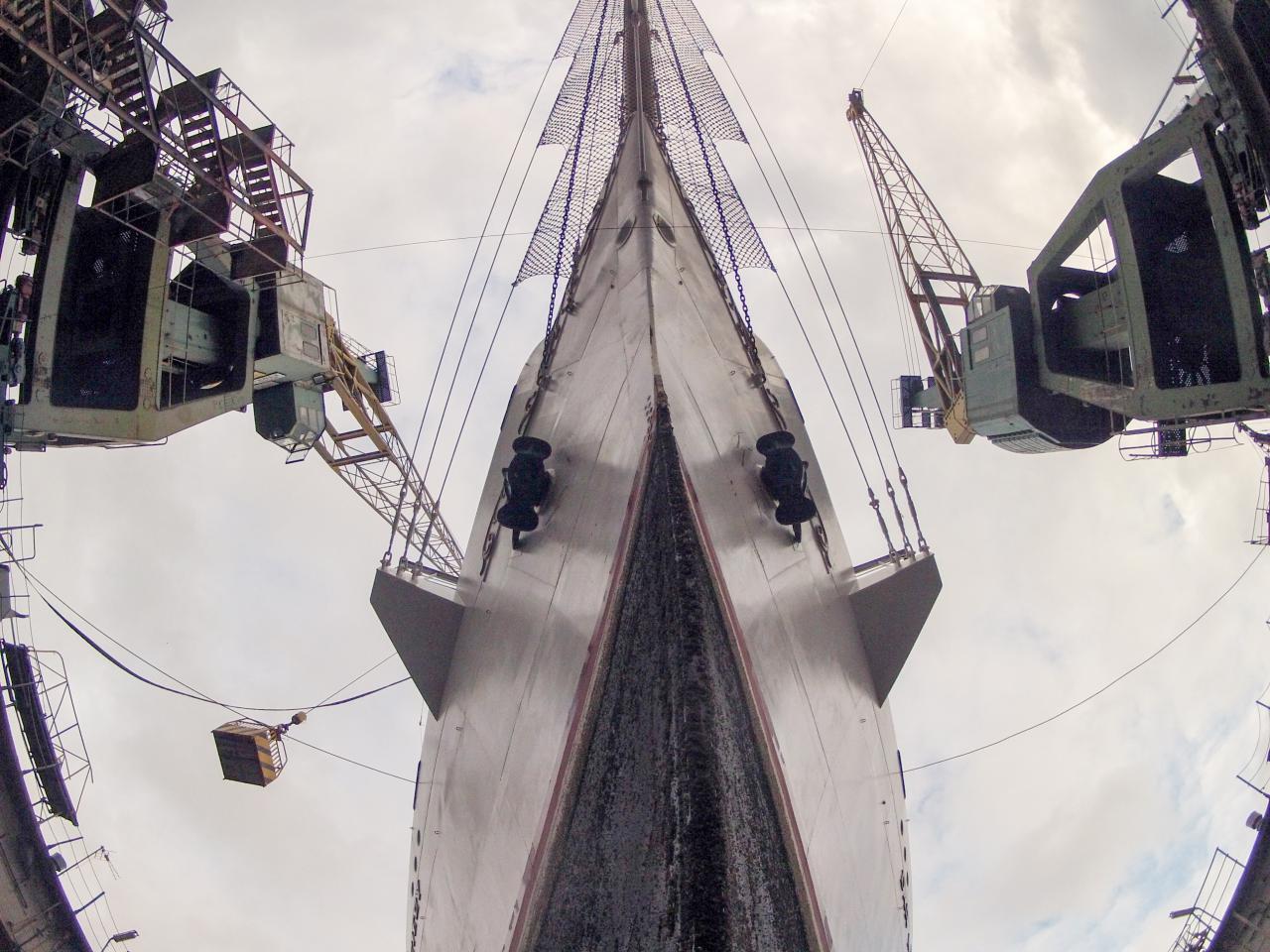 Remont Daru Młodzieży. Biała fregata w suchym doku stoczni Nauta w Gdyni