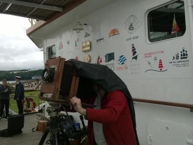 Ponadstuletni aparat fotograficzny wykorzystywany do techniki mokrego kolodium