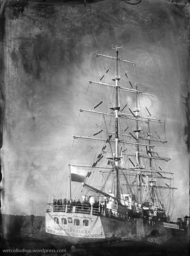 Dar Młodziezy na czarno-białej fotografii wykonanej techniką mokrego kolodium
