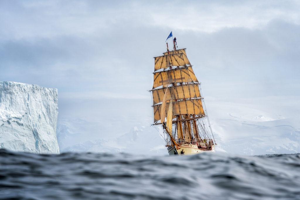 Żaglowiec Europa podczas dorocznej podróży na Antarktydę
