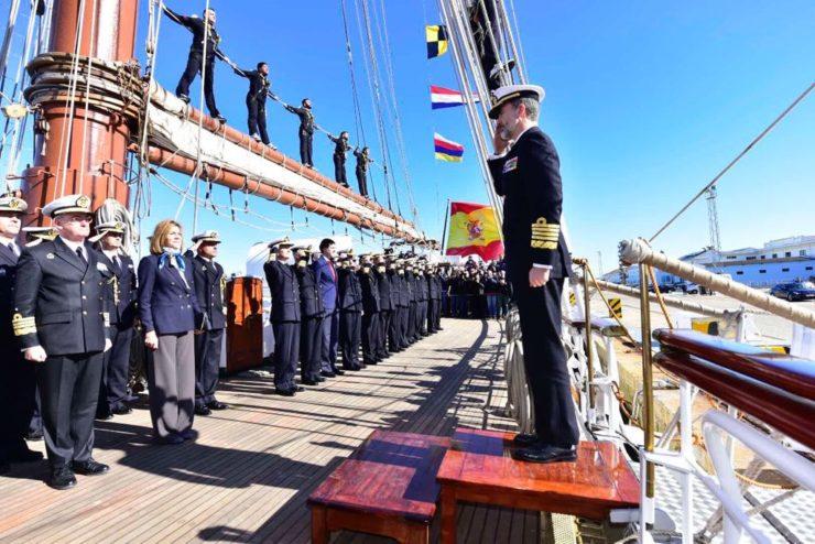 Król Filip VI wchodzi na pokład szkunera urejonego Juan Sebastian de Elcano