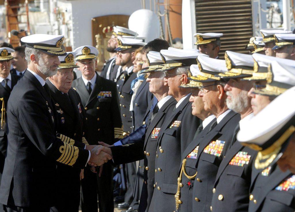 Filip VI i Juan Carlos odwiedzają marynarzy Juana Sebastiana de Elcano