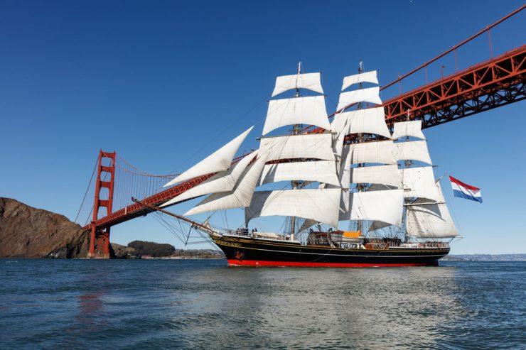 Stad Amsterdam przechodzi pod mostem Golden Gate w San Francisco