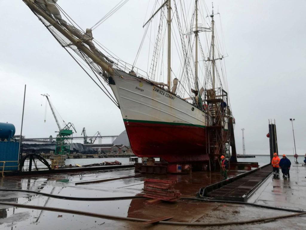 Niespodziewana wizyta Zawiszy Czarnego w stoczni remontowej w Gdyni