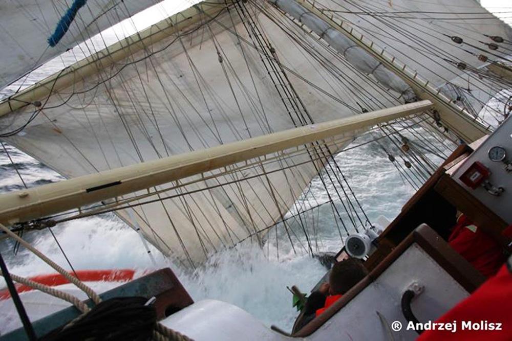 Przechylony Fryderyk Chopin w trakcie regat The Tall Ships Races / fot. Andrzej Molisz