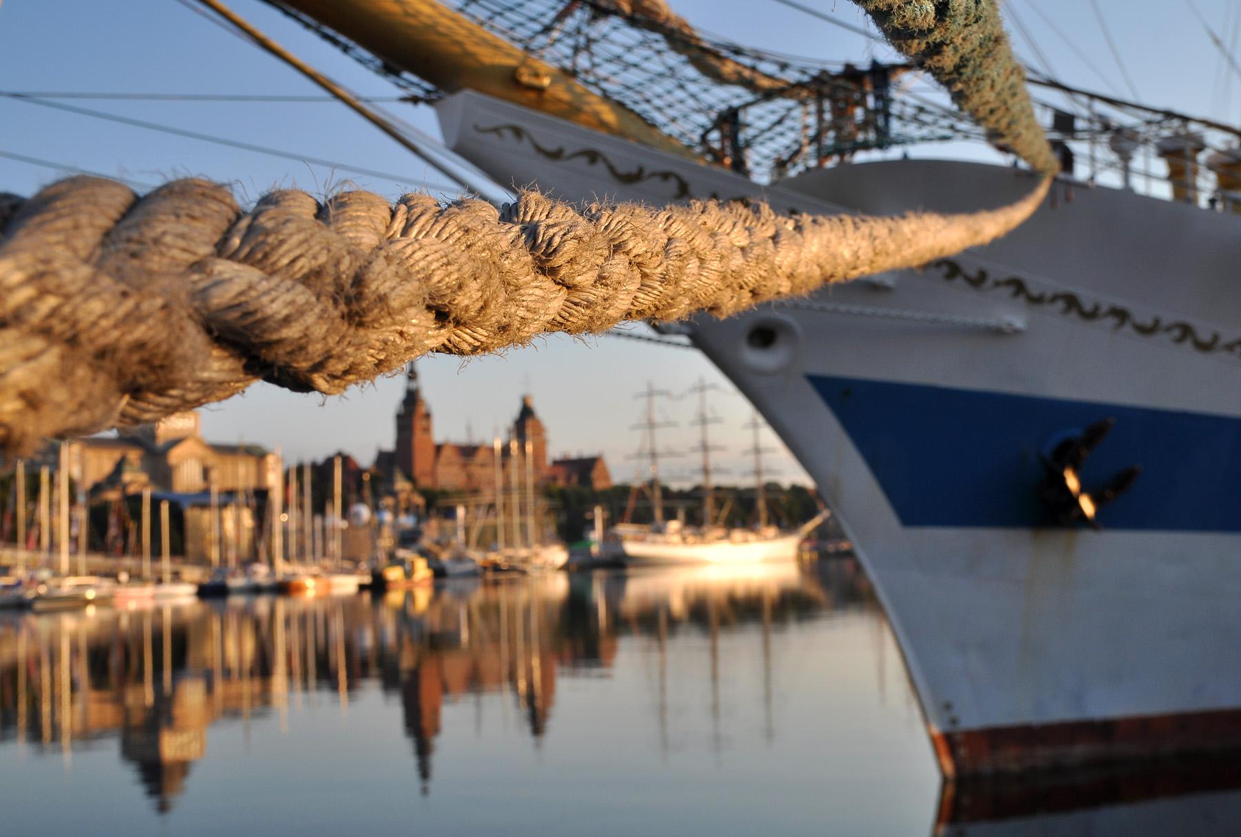 The Tall Ships Races w Szczecinie. Mir z Wałami Chrobrego w tle.