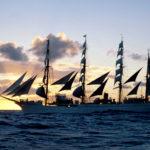 Kaiwo Maru II uchwycony na Pacyfiku pod pełnymi żaglami w zachodzącym słońcu