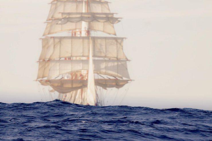 Rosyjski bark Sedov we mgle