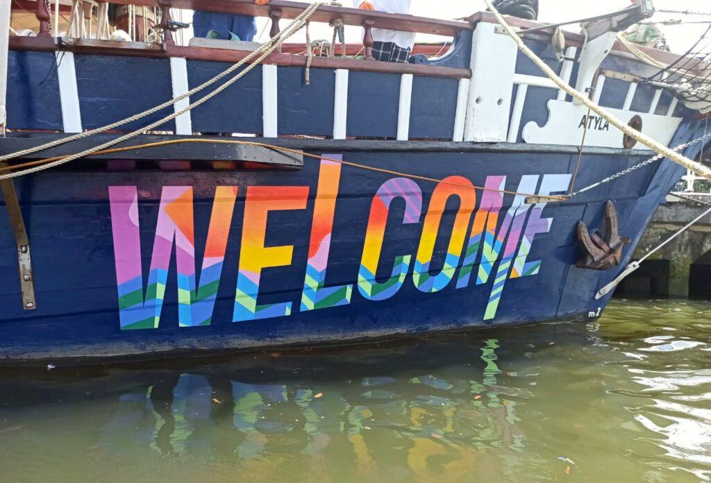 Napis Welcome na burcie żaglowca Atyla