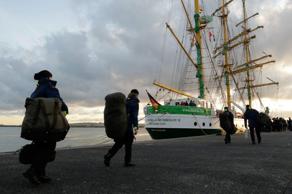 Kadeci niemieckiej Marynarki Wojennej mustrują na bark Alexander von Humboldt 2