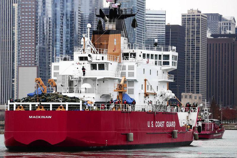Lodołamacz US Coast Guasrd Mackinaw kultywuje tradycję statku z choinkami