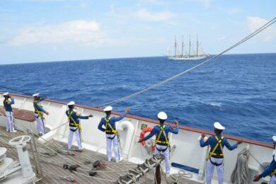 Parada burtowa kadetów na pokładzie KRI Bima Suci i pozdrowienia dla Juana Sebastiana de Elcano