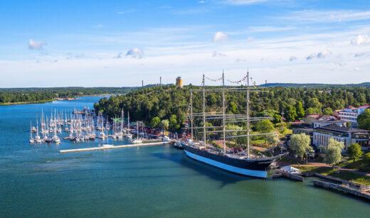 Mariehamn z lotu ptaka z widokiem na żaglowiec-muzeum Pommern / fot. Visit Aland